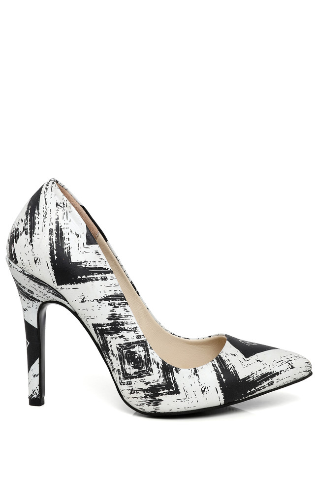 Black & White Leather Pumps by Jezzelle