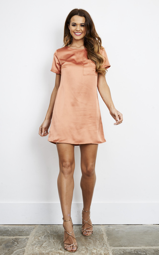 COPPER SHORT SLEEVE DRESS WITH FRONT POCKET by Glamorous