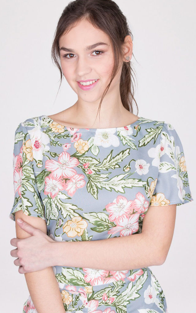 Crew Necked Open Back Short Sleeves Floral Print Crop Top Blue by MISSTRUTH