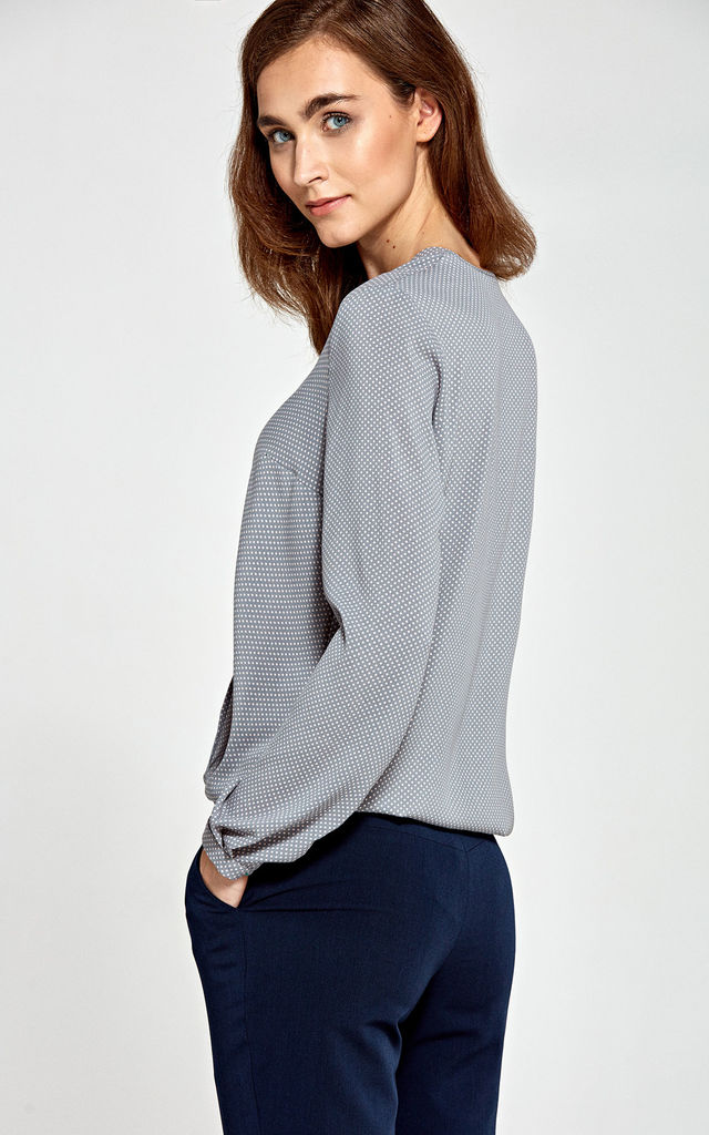 Blouse with envelope neckline by so.Nife