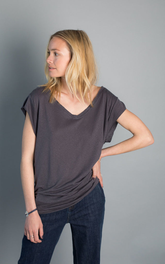Waimea T-shirt with wide V-neck by VILDNIS