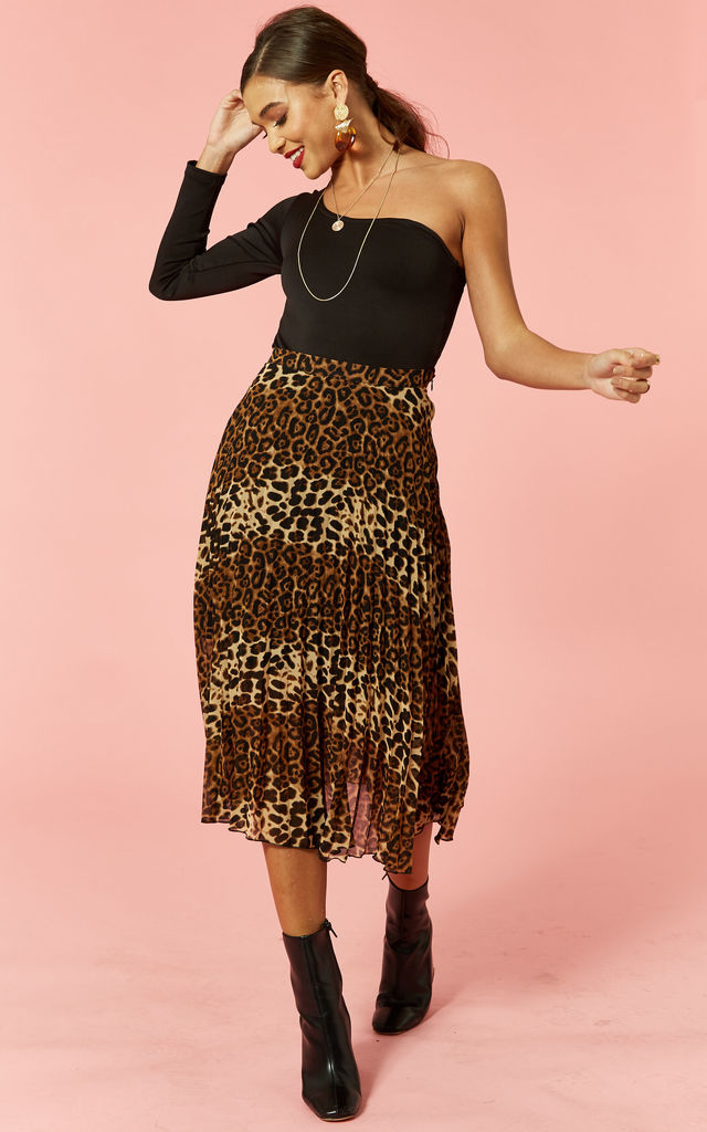 Leopard print pleated skirt by Glamorous