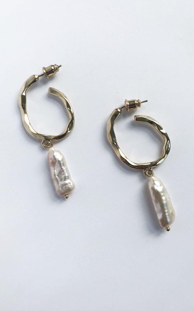 BAKER Hoop earrings in gold and freshwater pearl by THE SF STORE