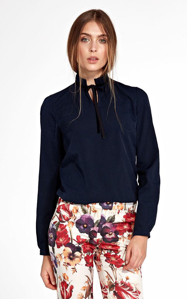 Blouse with stand-up collar and ribbon on the neck - navy by so.Nife