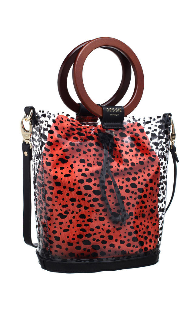 WOODEN RING HANDLE TRANSPARENT BUCKET BAG RED by BESSIE LONDON