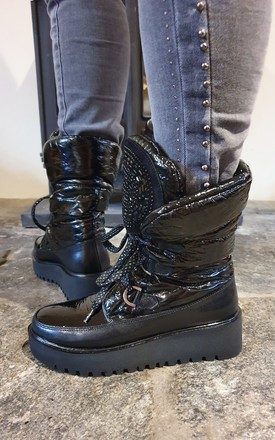 BLACK PATENT SNOWBOOTS WITH LACES by E&A Fashion