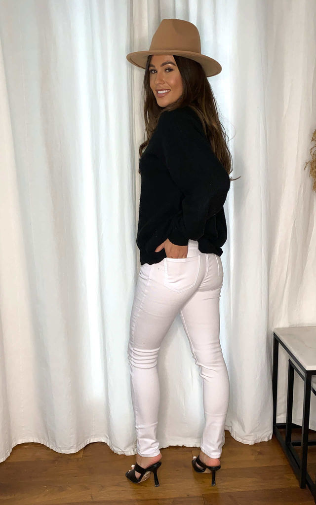Torn knee white jeans by LOVEMYSTYLE